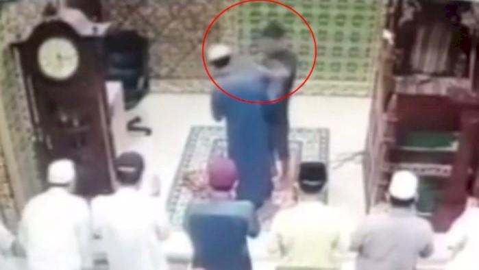viral-video-seorang-imam-masjid-ditampar-saat-sedang-sholat